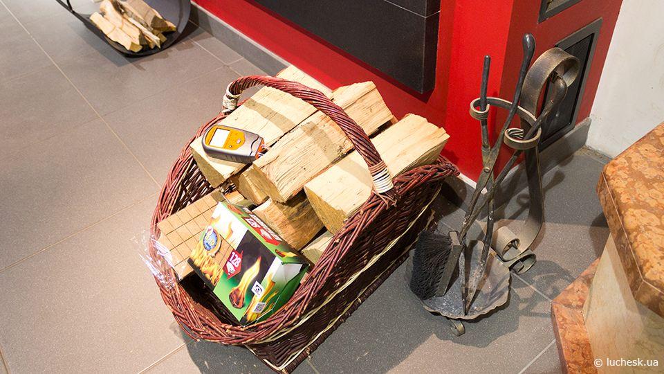 Дрова для камина в плетеной корзине