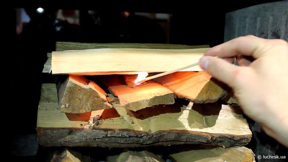 Розжиг дров в камине