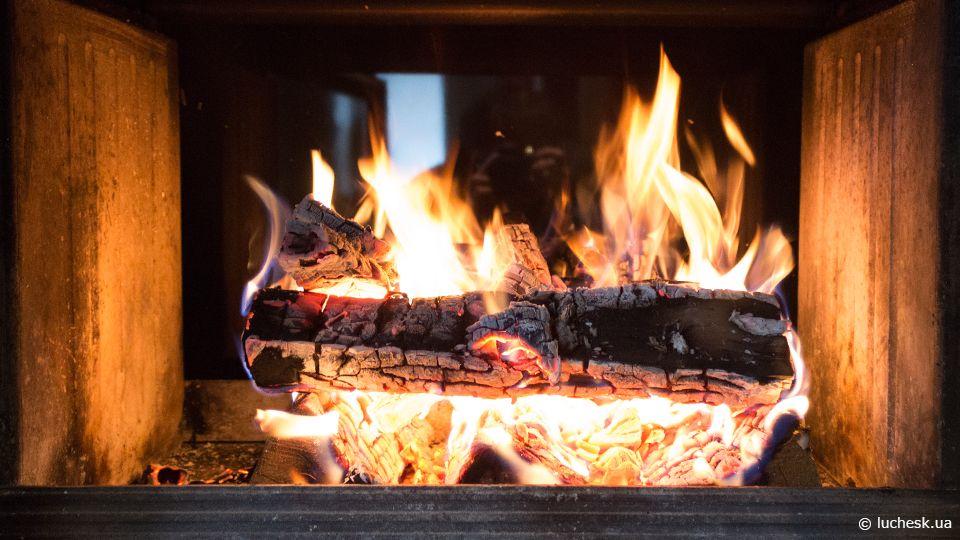 Красивый и чистый огонь в камине