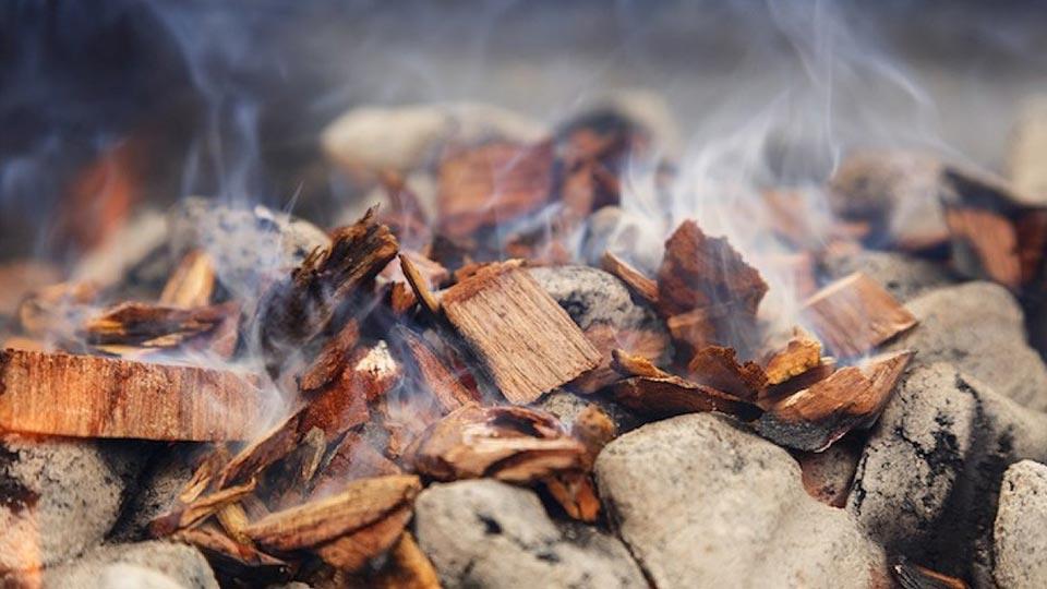 Щепа на горящих углях, фото